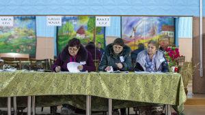 Valfunktionärer i småstaden Boscana, nordost om Moldaviens huvudstad Chisinau.