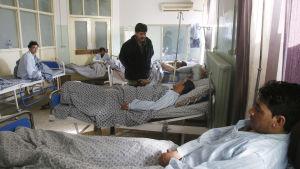 Patienter som överlevde säger att över 100 människor dödades i attacken och att det var talibanerna och inte IS som låg bakom
