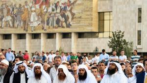 Muslimer markerar slutet på Ramadan i Tirana.
