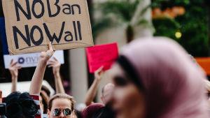 En demonstration mot inreseförbudet i New York 29.6.2017