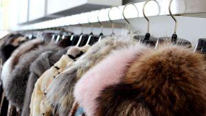 Pälsar blir kvar på räcken i Atens pälsbutiker.