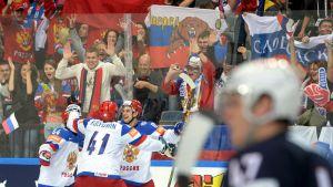 En seger över USA förde Ryssland till en prestigefylld VM-final mot Kanada.