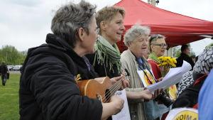 Kärnkraftsmotståndare från Sverige sjunger på Parhalahtidagen