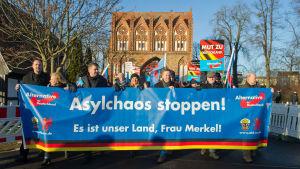 AfD-anhängare demonstrerar mot asylpolitiken i Neubrandenburg.