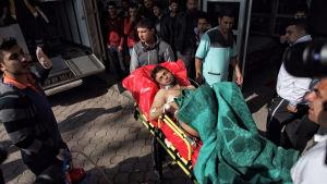 En skadad man förs till sjukhuset i Kilis efter en raketattack från Syrien