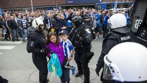 HJK-fans hurrar utanför fotbollsarenan i Tölö.