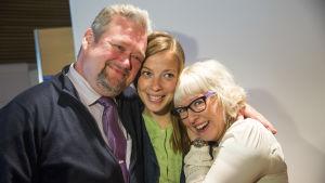 LI Andersson flankeras av Aino-Kaisa Pekonen och Jari Myllykoski
