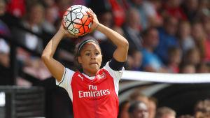 Fotbollsspelande dam förbereder sig för inkast.