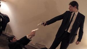 Angulon veljekset näyttelevät Reservoir Dogs -elokuvan kohtausta. Kuva dokumenttielokuvasta The Wolfpack.