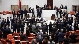 Den kontroversiella lagen väckte häftig debatt mellan ledamöter från landets två största partier, presidentens AKP och oppositionspartiet CHP