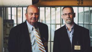 Fängelsecheferna James Conway och Jan Strømnes står vid en korridor i Atticafängelset i USA
