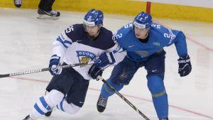 Pekka Jormakka i duell med Roman Savtjenko.