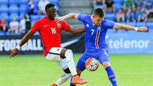 Valentin Diomande och Johann Berg Gudmundsson kämpar om bollen.