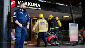 Två brandmän bär in en rökfläkt