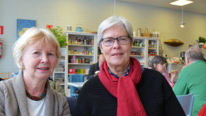 Yvonne Lassenius och Ulrica Gabrielsson sitter brevid varandra på ett café i Grankulla.