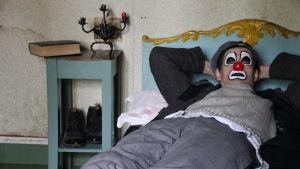 Zin (Timo Ruuskanen) Ilmari Kiannon luona kylässä.