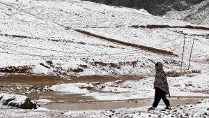 Man går på snötäckt väg i Kandahar, Afghanistan den 5 februari 2017.