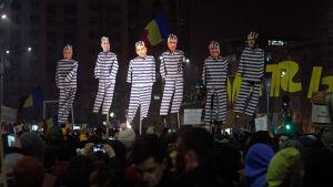 Demonstranter bär på dockor som föreställer ledande socialdemokrater i fångdräkter, Bukarest 5.2.2017