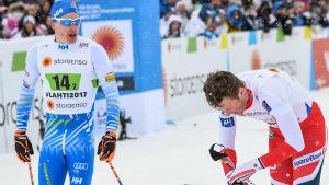 Iivo Niskanen sur på Emil Iversen efter lagsprinten, VM 2017.