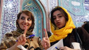 Väljare i en vallokal i Teheran 19.5.2017