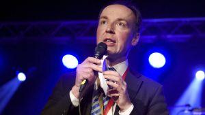 Sannfinländarnas ordförande Jussi Halla-aho talar vid partikongressen