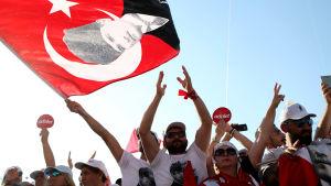 Oppositionens demonstration i Istanbul, viftar med en flagga med Kemal Atatürk