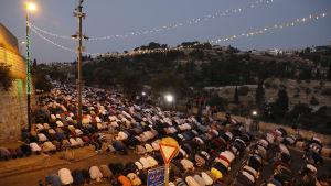 Palestinier ber utanför Lejonporten i protest mot säkerhetsanordningarna vid Tempelberget 24.7.2017.