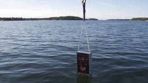 Svenska Freds kampanjskylt sänks ned i Östersjön