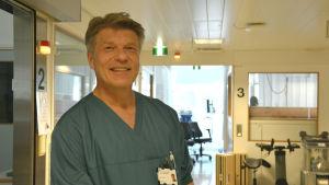 Sjukskötare Åke Hydén fotad i korridoren på intensiven på Vasa centralsjukhus