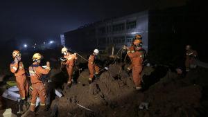 Över tvåtusen räddningsarbetare försöker finna överlevande i industriparken i Schenzhen