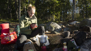 Hanna Enlund dricker kaffe.