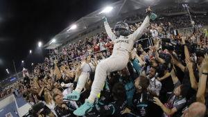 Nico Rosberg surfar i människohavet.