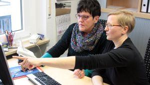 Ingrid Wolters (t. v.) och verksamhetesledaren Susanne Kleist  kollar biljettläget.