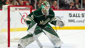 Grönklädd NHL-målvakt redo att mota puckar.