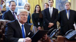 Donald Trump och staben i Vita huset.