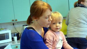 Paula Henriksson med sin dotter på vuxen-barnklubb i Pernå