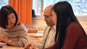 Thuy Le luu och hennes två klasskamratarer sitter i ett klassrum