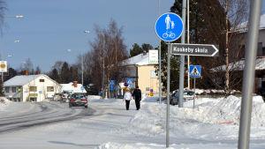 Vägen genom centrum av Vörå under vintern. På en skylt står det Koskeby skola.