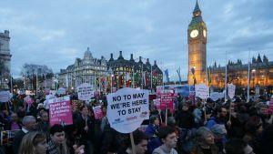 Demonstranter utanför Westminsterpalatset på måndag kväll under parlamentssessionen. De kräver att EU-medborgare ska få stanna kvar i Storbritannien. 13.3.2017