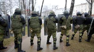 Polis med kravallutrustning inväntar demonstranter i Minsk.