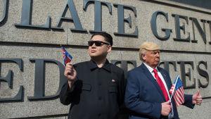 Kim Jong-un-  och Donald Trump-imitatörer poserar för turister utanför USA:s generalkonsulat i Hongkong 25.1.2017