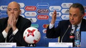 Gianni Infantino och Vitalij Mutko håller presskonferens.