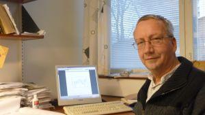 Teologiedoktor Jarl Ahlbeck vid sitt skrivbord vid Åbo Akademi.
