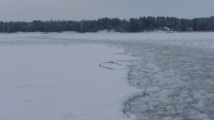 Fartygsränna i isen.
