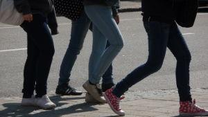 Unga personers ben.