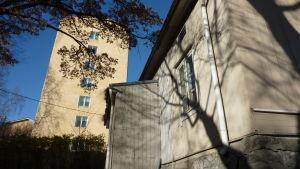 Gammalt empirehus står granne med Bryggmans Åbolands sjukhus.