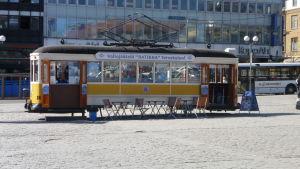 En av de gamla spårvagnarna har förvandlats till en glasskiosk i centrala Åbo.