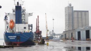 Silon i Lovisa hamn med fartyg i kajen