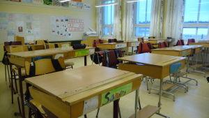 Pulpeter i ett klassrum.