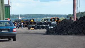 Ståltrådsrullar väntar i Dalsbruks hamn.